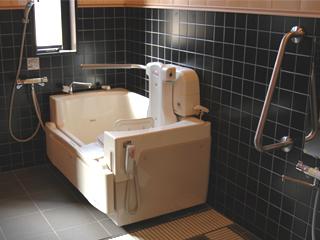 ひのき調のデイケアー用浴室